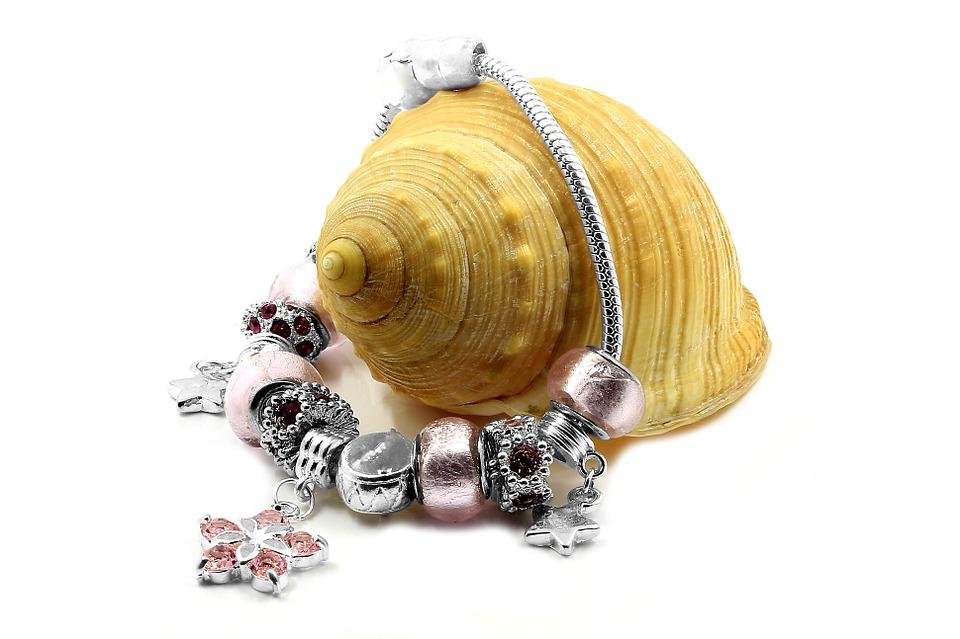 Srebrne charmsy są niezastąpione w tworzeniu artystycznej biżuterii!