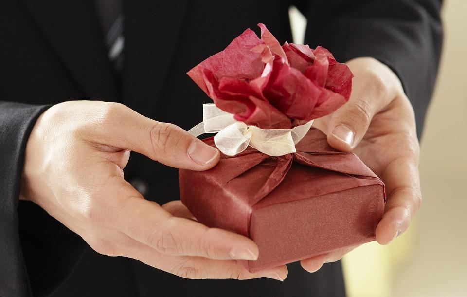 Symboliczne złote zawieszki na prezent: biżuteria próby 585